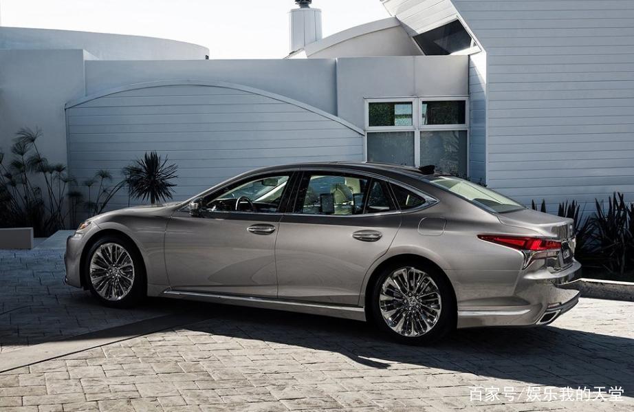 新款雷克萨斯汽车,外形沉稳大气,车的工艺质量相对来说较为优秀,搭配