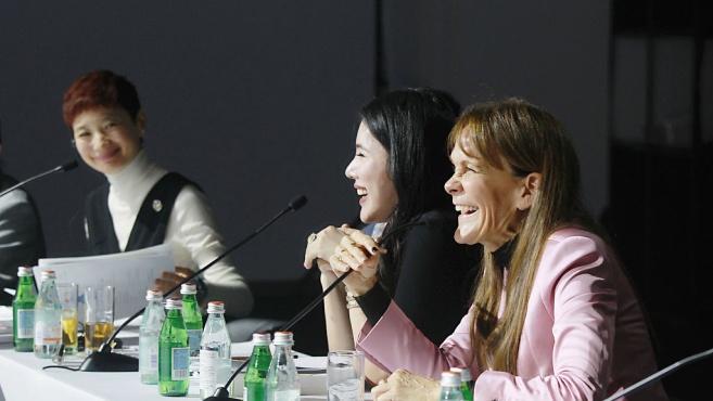 余晚晚助阵首届BoF中国时装大奖 陈冠希与博主苏茜·刘同框