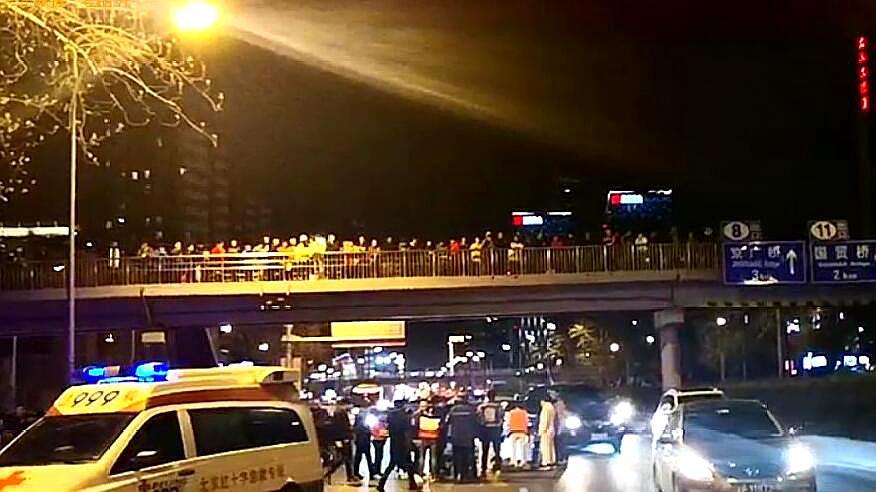北京双井桥男子跳桥砸中汽车,当场身亡,跳桥原因不详!
