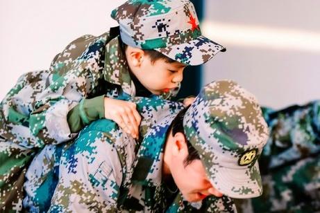 蔡国庆8岁儿子收到女生小纸条,老爸表情耐人寻味,基因太优秀了
