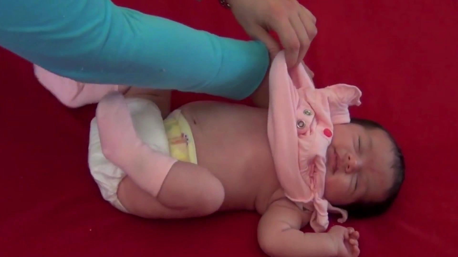 妈妈给睡熟中的宝宝换衣服,接下来宝宝的动作,太萌太可爱了