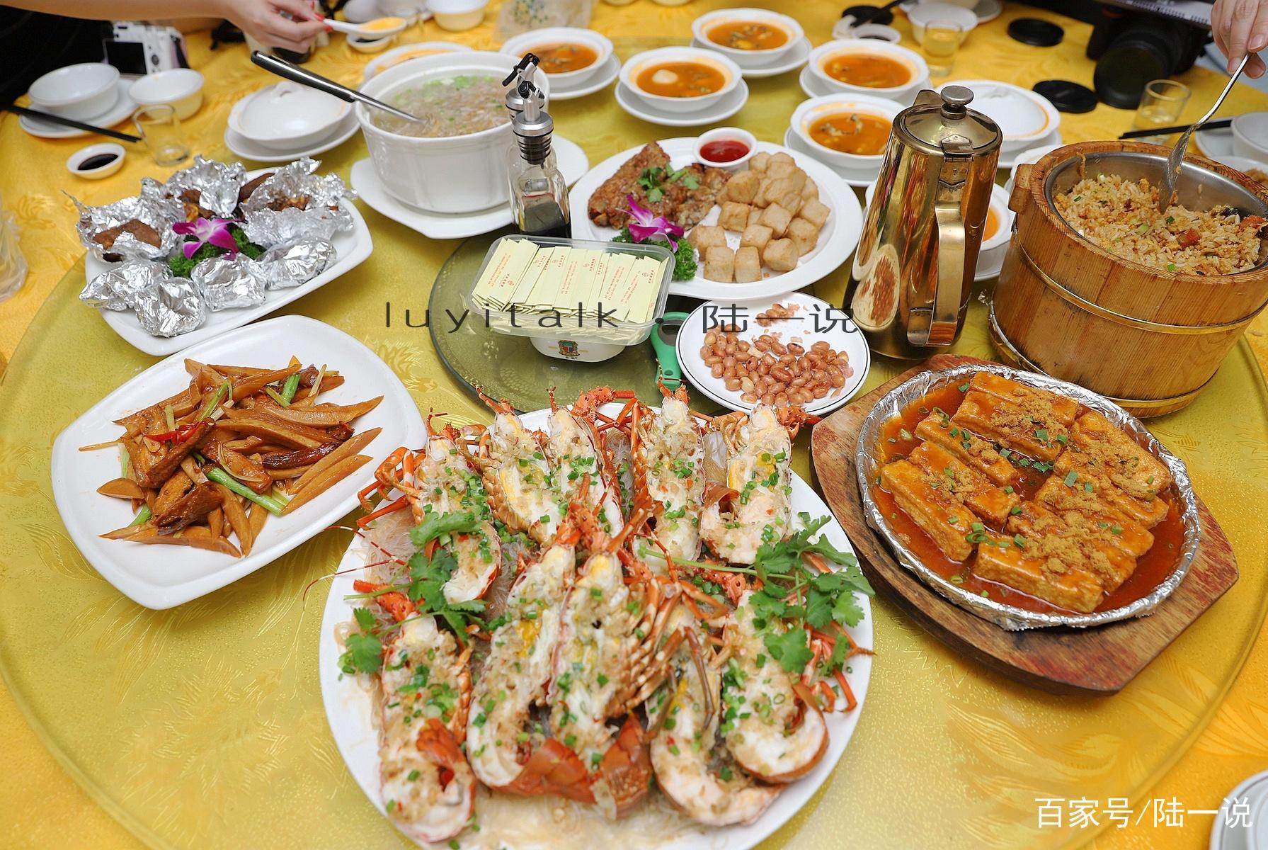 龙虾整盆上,鲍鱼摆满桌,说是来海鲜排档简单吃一餐,其实都很好