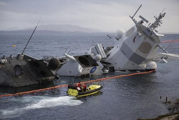 美军宙斯盾舰被撞,肇事船来自此国,当时正搭载中方造的浮船坞