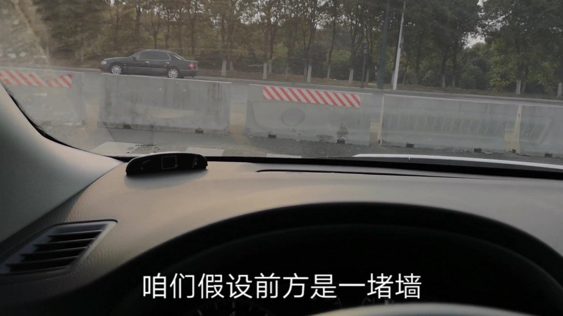 在车内如何判断车头与前方障碍物距离,试试这个方法,很管用