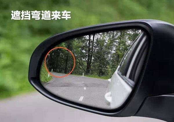 比如上图,把小圆镜安装在这个位置很容易遮挡住重要的路面信息.