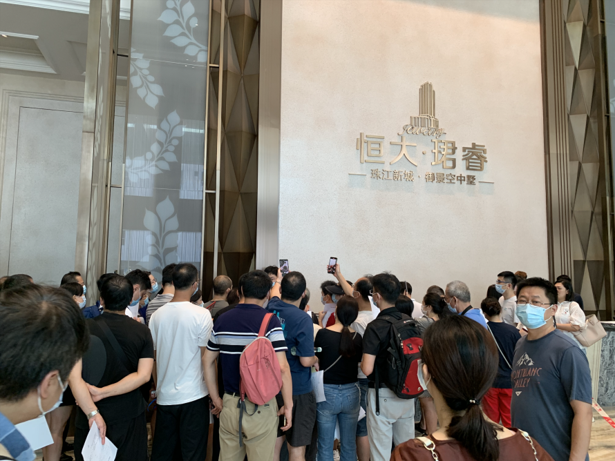 广州兑付点现场,投资人看到工作人员出现便一拥而上。(陈月芹/摄)