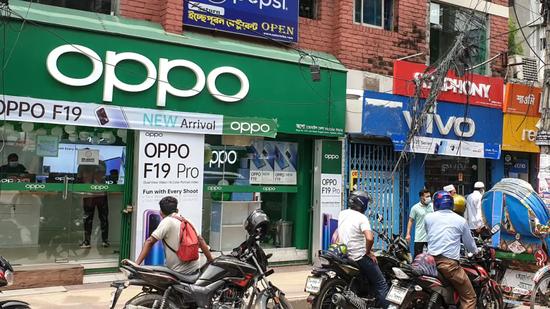 孟加拉首都达卡,其街头商店里出售Oppo和Vivo智能手机/Syful Islam