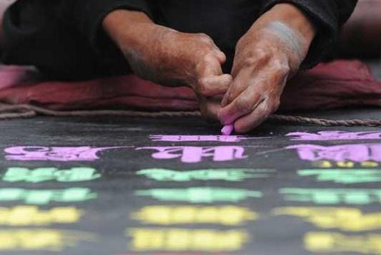 乞丐在街头写粉笔字10年,字体被购买上市,如今成千万富翁