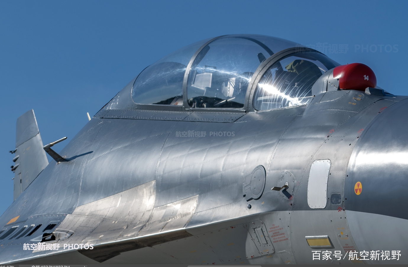 上世纪90年代末,俄罗斯方面公开一款名为苏-30MKK的战斗机一下子就吸引了很多人的注意,这款战斗机随后开始大量装备中国空军和海军航空兵。服役近20年,虽然参加了很多军事活动,但是民众想近距离见到一直没有成行。终于中国空军在今年一次活动,对民众公开展示这款战机。今天我们来看看这款战机的一些高清照片,欣赏他的风采吧。  图为中国空军某部苏-30MKK战斗机的机头雷达罩。  图为中国空军某部苏-30MKK战斗机的前机身蒙皮特写。由于这款战机采用了老苏-35的一些结构设计,加上工厂制造工艺的提升,其整体做工要