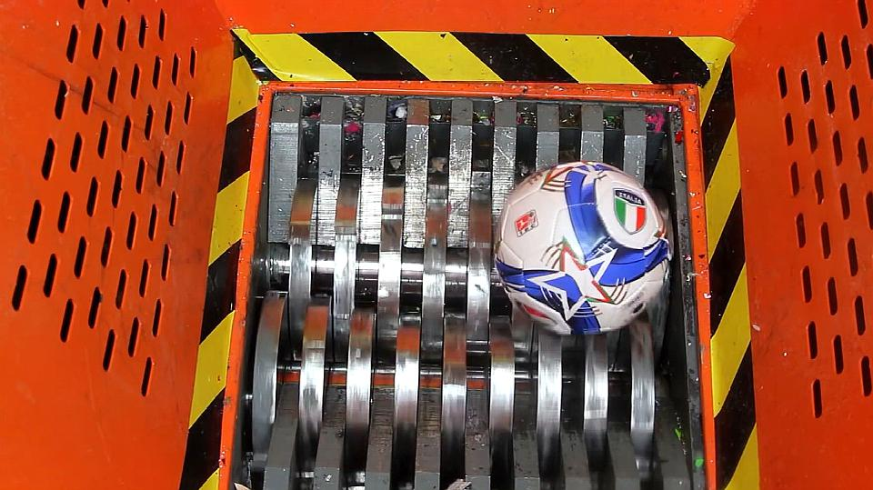 把足球放在粉碎机上,会发生什么效果?网友表示很心疼!