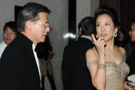 郭晶晶60岁婆婆近照,与叶倩文一同逛街,网友:大姐范十足!