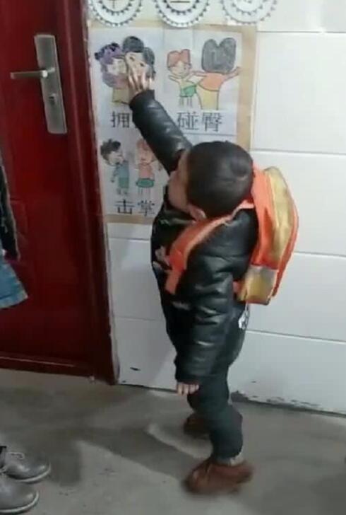 幼儿园小朋友自选打招呼方式 与老师拥抱击掌