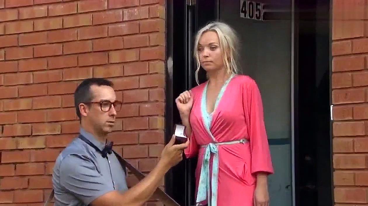 男子向女朋友求婚,路人帮忙录像,却看到了第三者!