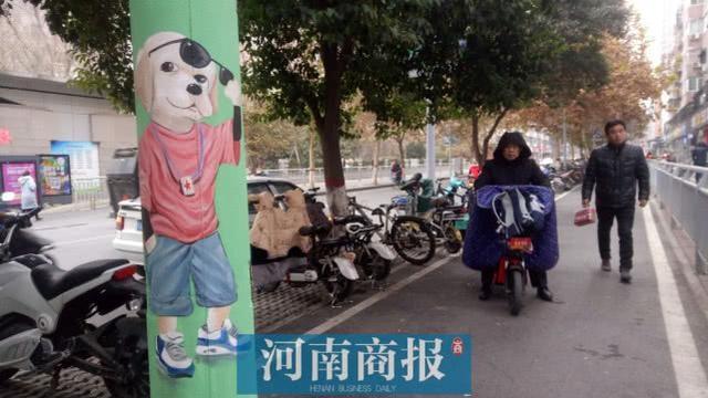 """郑州顺河路占道的电线杆竟成""""网红"""",市城管局:明年要""""挪走"""""""