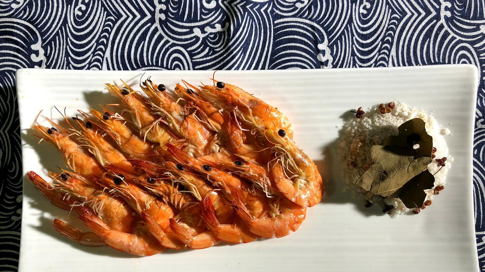 小伙做的盐焗虾,家里人都说好吃,年夜饭就做这个了