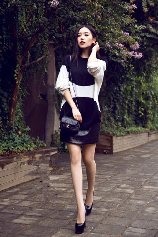 阚清子穿一件黑白相间的毛衣裙,搭配一双黑色的高跟鞋,披散着长发图片