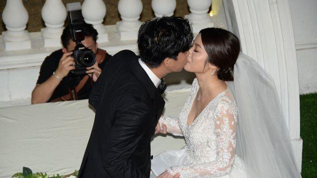 柯受良之子,著名歌手柯有伦香港举行婚礼,浪漫热吻场面温馨