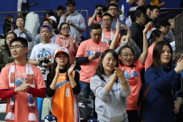 绕场一圈与球迷击掌,现场两度哽咽,前国家队主控刘炜宣布退役!