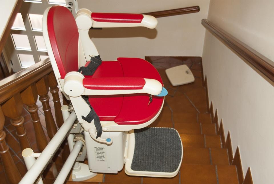 复式房装这种电梯太实用了,坐着就能上楼,便宜又不占地,超实用