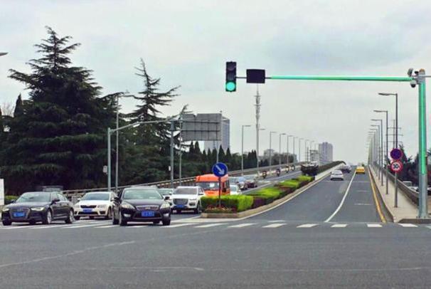 """昆山亮相""""新型信号灯"""",再也不怕跟车闯红灯了"""