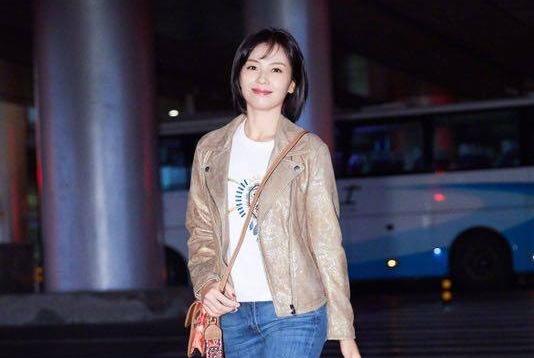刘涛总算换风格,帅气皮衣搭配牛仔裤瘦了不少,换新发型太减龄