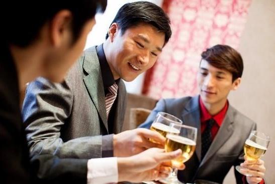 职场人与领导外出谈事情、吃饭、喝酒时,要注意这5条