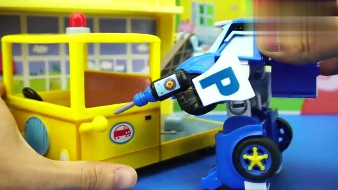 狗爷爷的拖车坏了 警车珀利变成机器人帮狗爷爷修好拖车