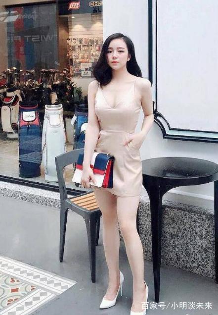 美少妇色视频_街拍:娇艳美少妇,一袭裸色吊带短裙,尽显肌如白雪,腰