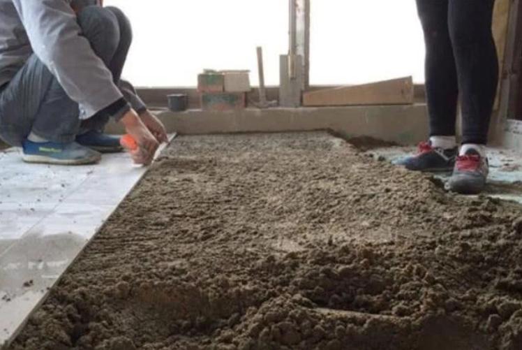 铺个地砖,师傅却抹了8公分厚的水泥层,以至于业主很恼火