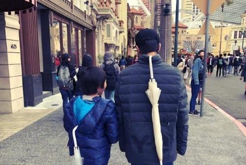 林志颖儿子Kimi个子超高,10岁已过爸爸肩膀,一双长腿太吸精