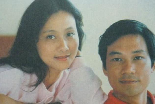 40岁的她才成名,跟丈夫低调生活35年,儿子很长脸