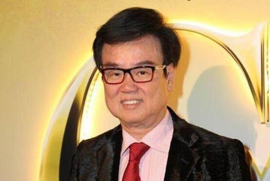 他捧红了周润发甄子丹,帮助结发妻子抗癌成功,如今72岁身价百亿