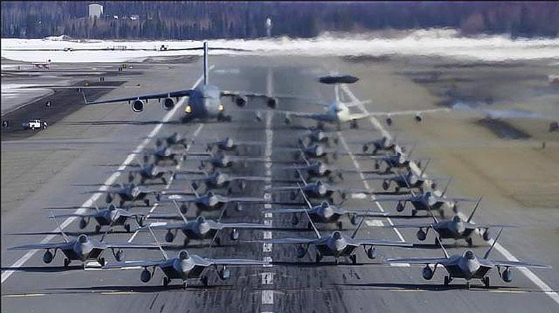 24架F–22倾巢而出,另有两架大型飞机压阵,场面够震撼