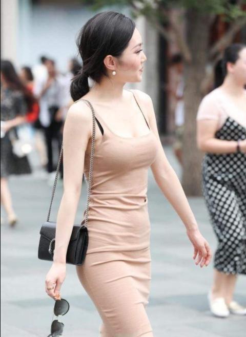 少妇岀轨-淫乱_时尚街拍:90后性感少妇身穿紧身的包臀裙,有一种极致