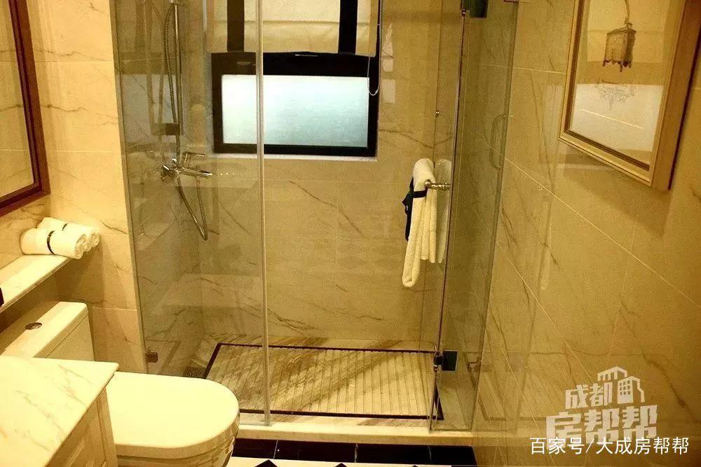 样板间卫生间淋浴房 卫浴洁具用的杜拉维特和汉斯格雅,主卧分为浴缸、淋浴房、座便区三个不同功能区。依旧是妥妥的酒店风格~ 雪儿觉得这次贵了这么多主要原因还是引入智能家居产品,比如一键控制家电、联网控制安防系统等等~