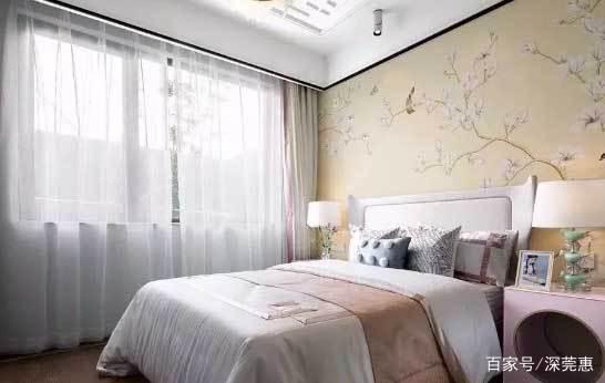 中式风格装修的卧室空间,卧室床头背景墙可以考虑局部采用集成板材来