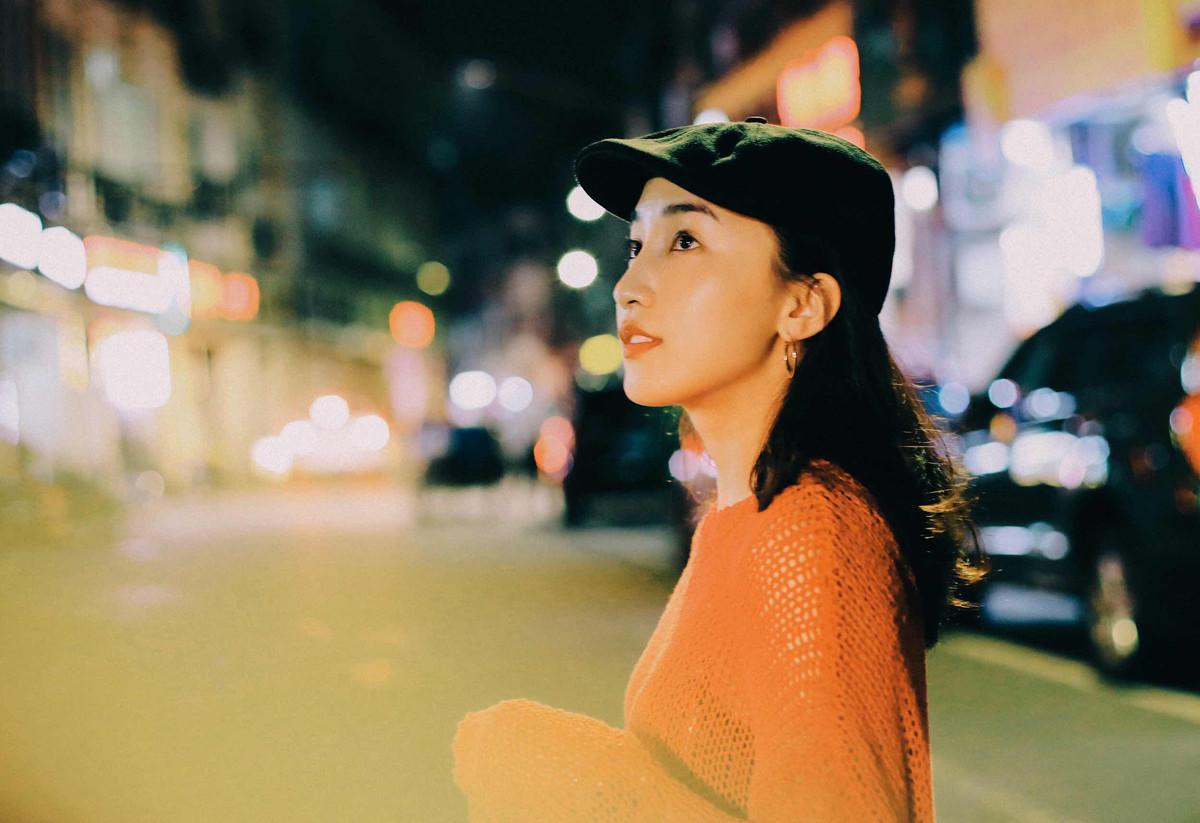 夜景人像写真-穿橘黄色衣服的小姐姐