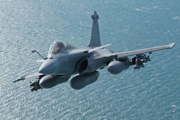 巴铁别无选择?或进口这款中方隐身战机,想战胜印军只剩一种手段