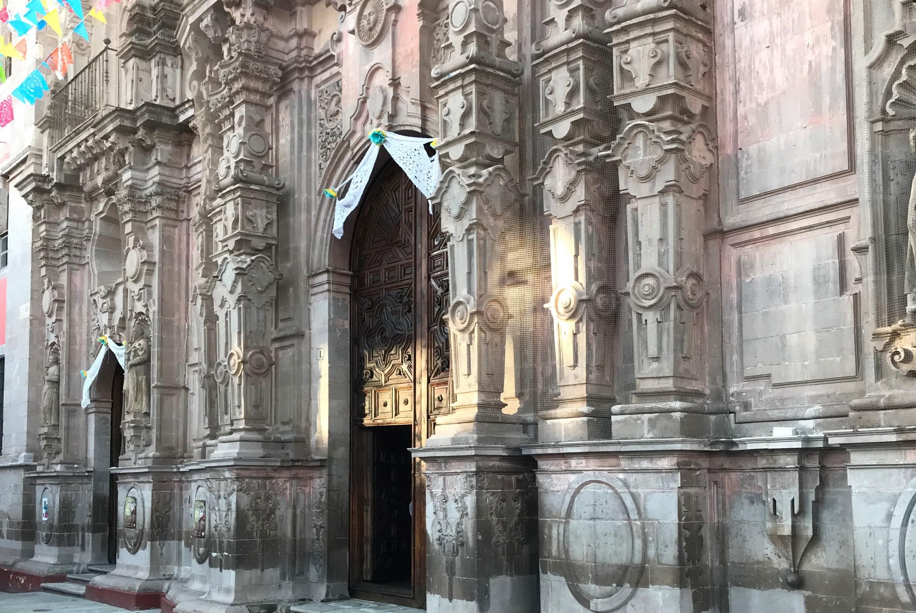 墨西哥瓜纳华托小镇的人好像永远在教堂或在去教堂的路上