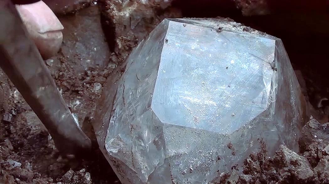 男子矿山寻宝砸石头,把收获的宝贝拿出来一看 整个人高兴坏了!