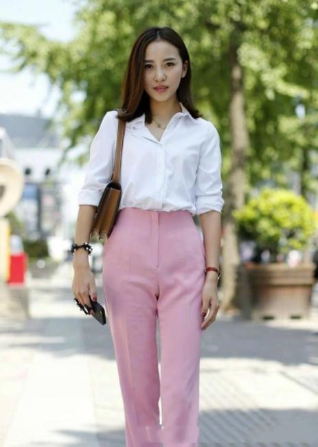 白衬衣配什么裤子女_美女白色衬衣配粉色长裤,气质温婉恬静