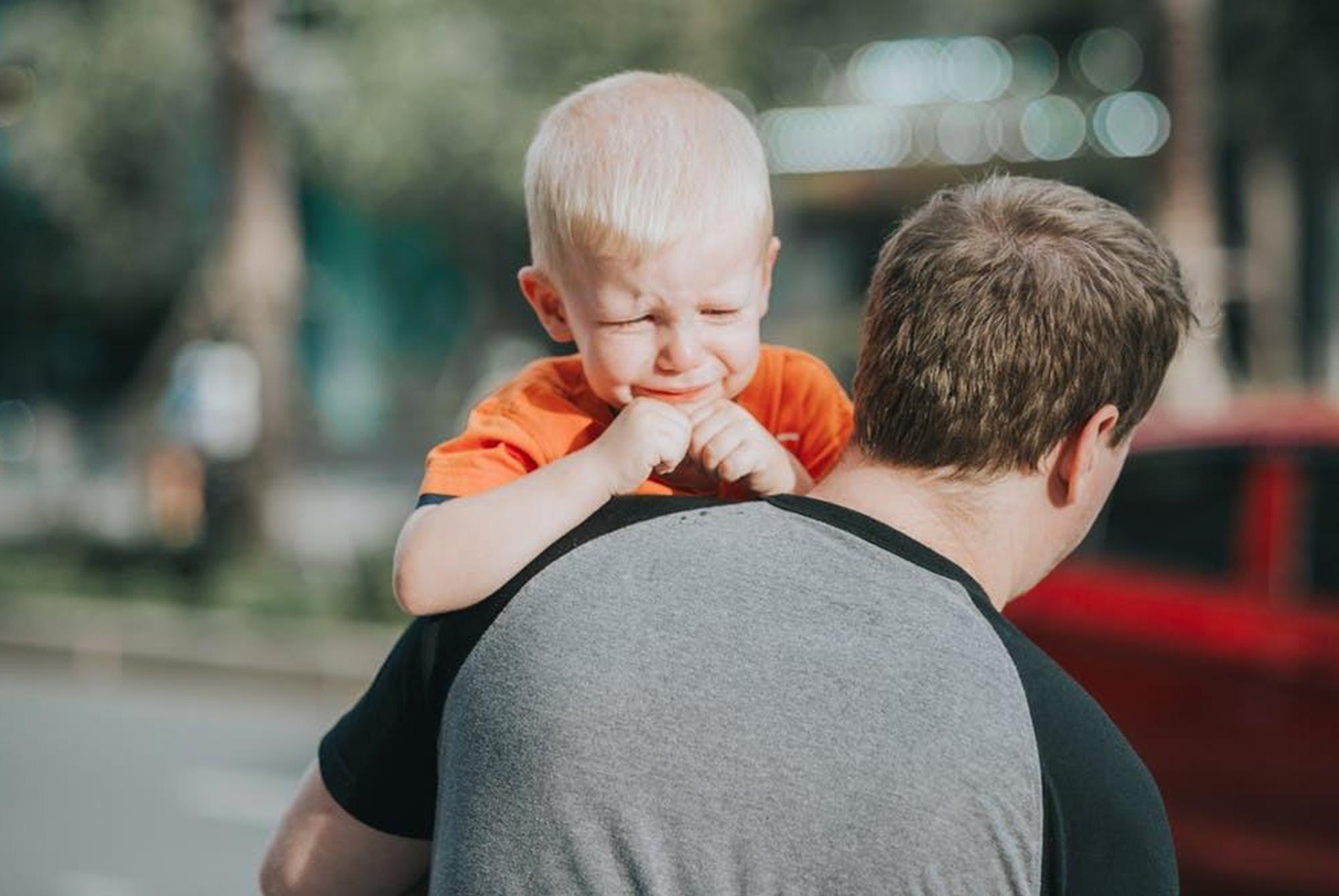 因为不给买冰激凌,娃当街失控大哭,这位宝妈的做法值得家长学习