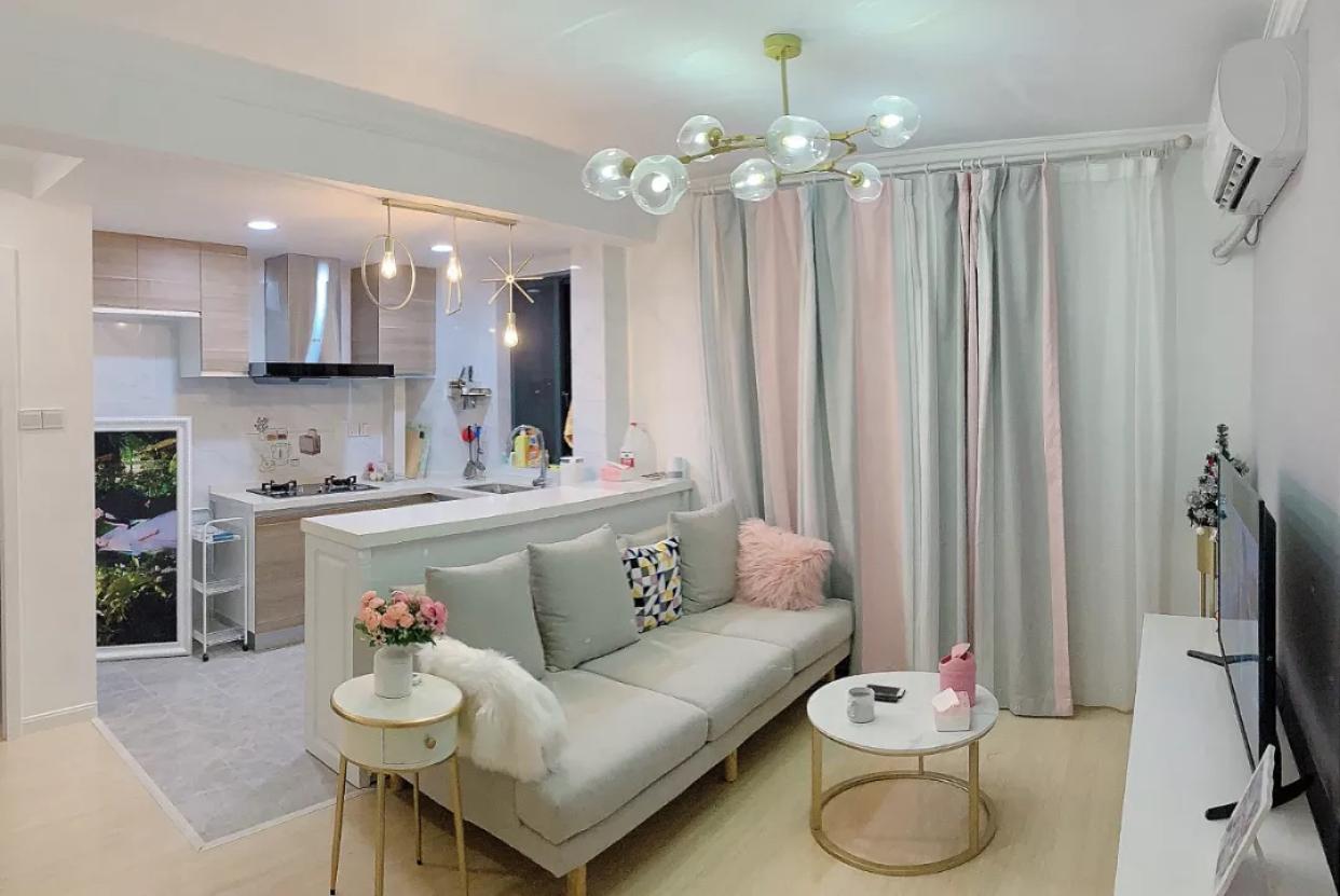 她家新房打掉原墙做开放式厨房,全屋几乎不做吊顶,花15W很漂亮