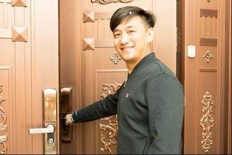 一起看黄磊的豪宅:家里用石膏线吊顶,连大门都用金色金属门