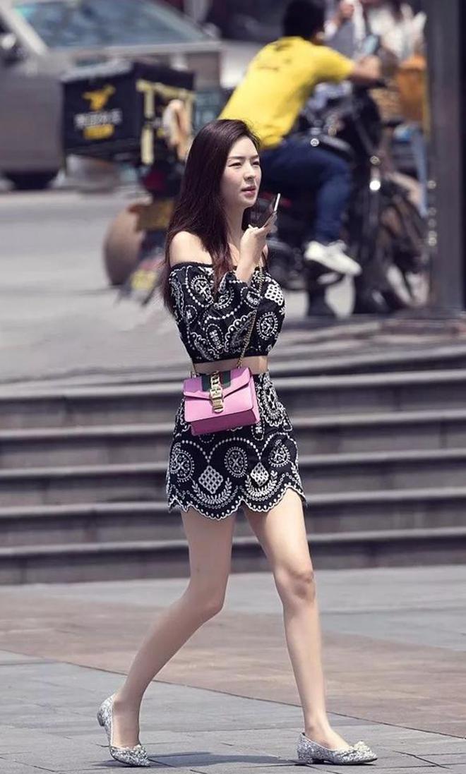 大白逼三级四级少妇_时尚街拍:丝袜,皮裙,大白腿,少妇身穿黑色开叉长裙