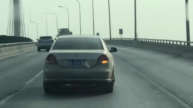 2019年10月23日14:37分,北京西五环衙门口桥至园博园桥北向南方向,一辆香槟色蒙A
