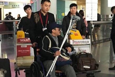 吴京拍戏第7次重伤,坐轮椅现身机场,前6次更惨