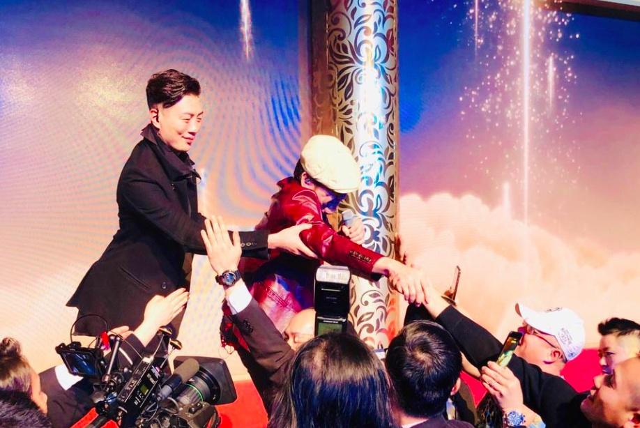 """58岁歌坛""""丑男""""赵传在内地这么火?参加演出遭歌迷疯抢着握手"""