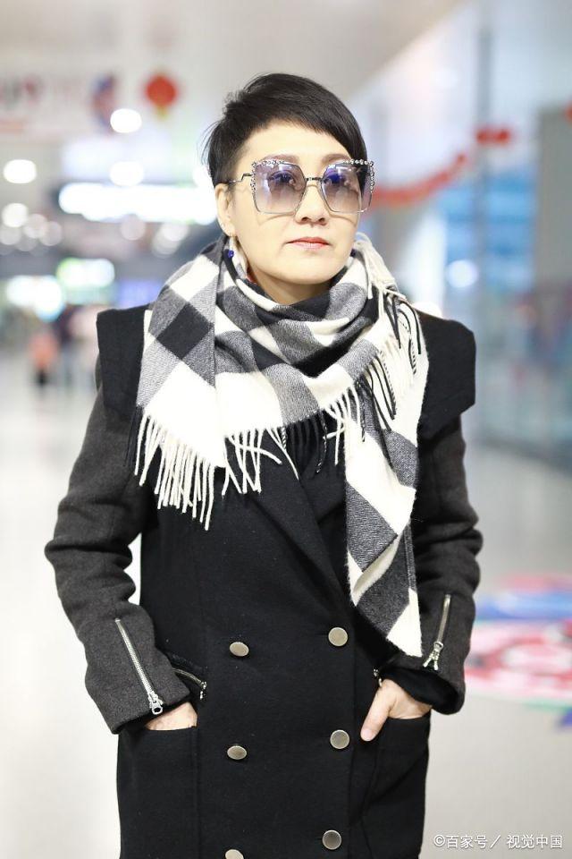 张凯丽,妆发:短发,偏分,黑发,红唇.