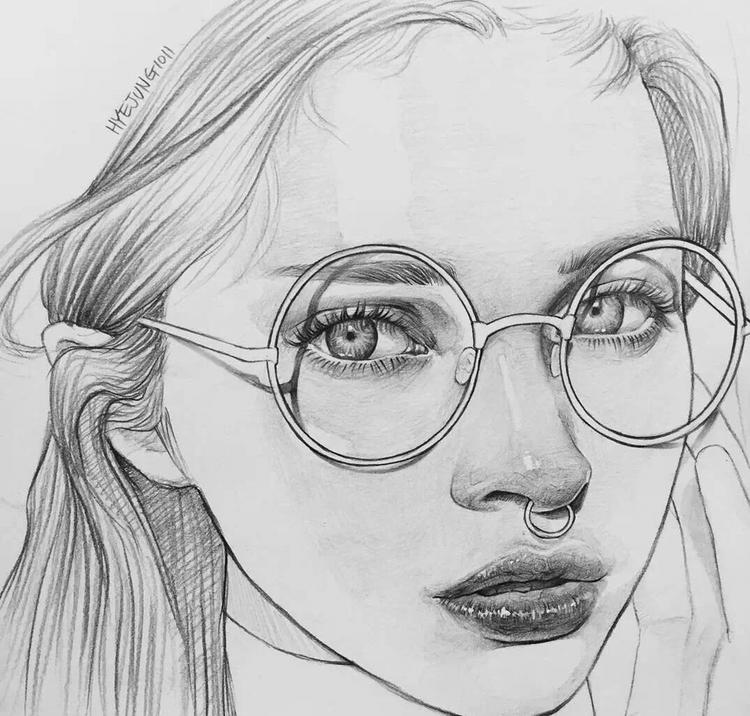 铅笔手绘,时尚帅气的韩系明星人物插画,戴眼镜的女生.